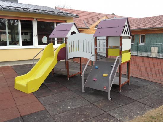 Toboggan à l'école maternelle