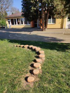 Création d'un jeux avec l'arbre coupé à l'école maternelle