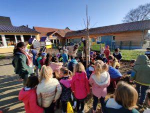 Ecole Maternelle  Plantation d'un arbre avec les enfants en présence de Mme le Maire